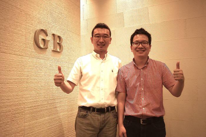 지난해 8월에 일본 글로벌브레인 투자 유치 직후 기념 촬영한 이창수 파이브락스 대표(오른쪽)과 노정석 CSO.