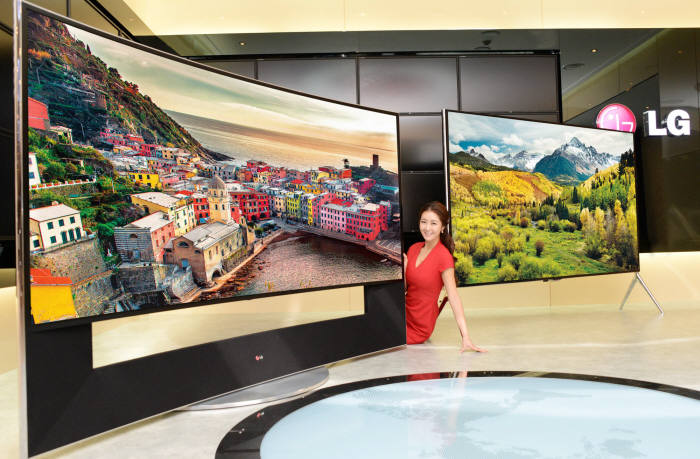 LG전자는 이르면 이달 98인치 4K 초고화질(UHD) TV `98UB9850`을 출시한다. 사진 우측 제품이 98UB9850, 좌측이 105인치 모델 105UC9. <사진=LG전자>