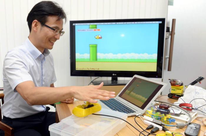 송영광 데디스랩 사장이 닌텐도 WII의 DIY 버전인 적외선센서를 이용한 게임튜브를 시연하고 있다. 박지호기자 jihopress@etnews.com