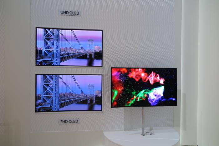 삼성전자는 독일 IFA 2014에 UHD OLED TV(왼쪽 위)를 풀HD OLED TV(왼쪽 아래)와 비교해 전시했다. 사진 오른쪽은 곡면 UHD OLED TV.