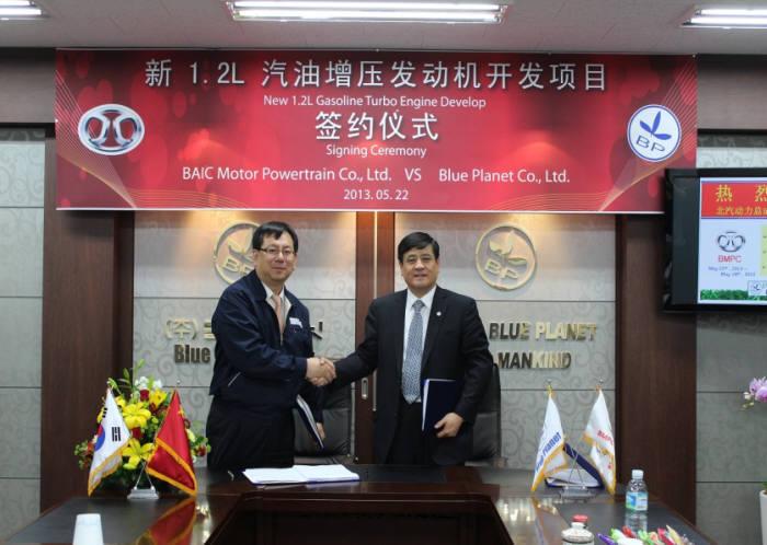 김경운 블루플래닛 대표(왼쪽)이 한영귀 베이징자동차그룹 부사장과 신규엔진 개발 계약을 체결하는 모습.