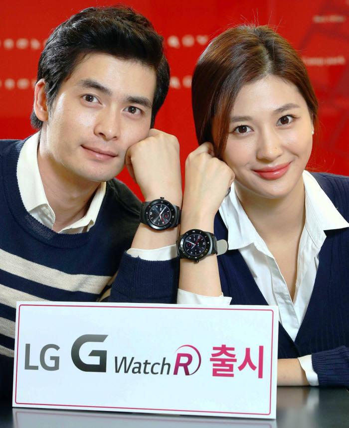 LG전자가 전략 스마트워치 'LG G워치R'를 오는 14일 국내에 출시한다. 여의도 LG트윈타워에서 모델들이 G워치R를 손목에 착용하고 포즈를 취했다