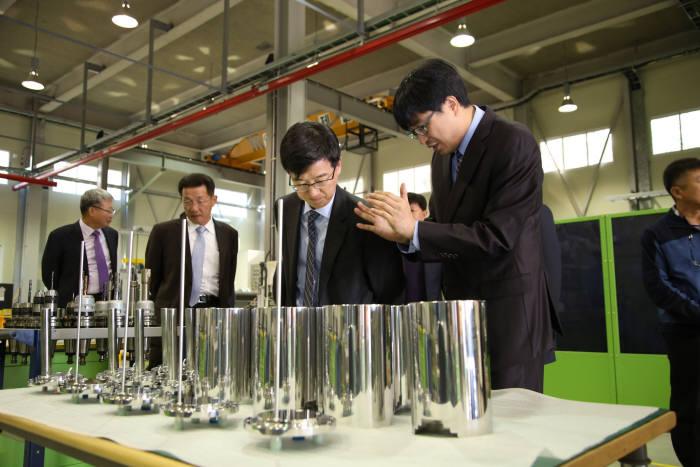 박성욱 SK하이닉스 사장(오른쪽 두 번째)이 지오엘리먼트의 생산 현장을 둘러보고 있다.