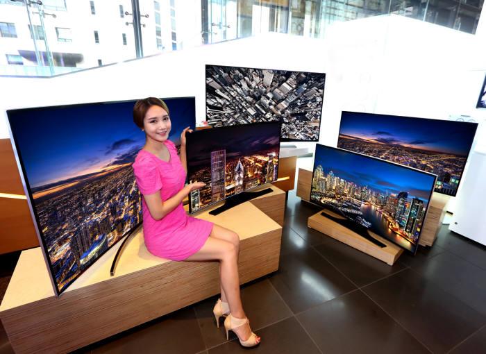 삼성전자가 지난해 7월 출시한 풀HD 해상도 보급형 커브드 TV <전자신문DB>