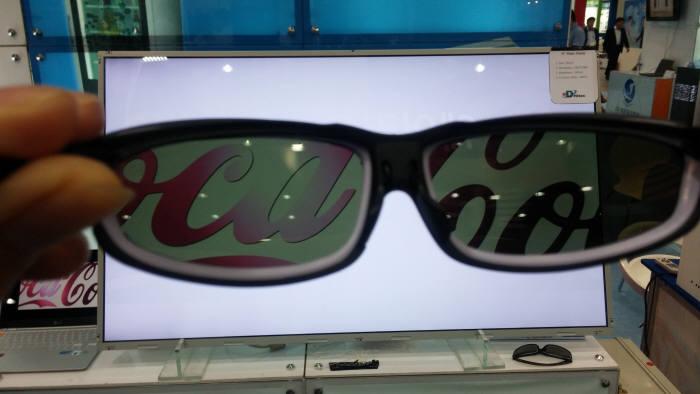 오디하이텍이 개발한 매직 LCD. 편광필터를 넣은 특수안경을 써야만 볼 수 있다.