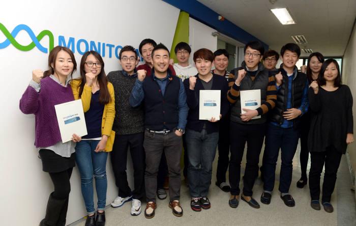 통합 애플리케이션 보안 전문기업인 모니터랩 직원들이 제품을 소개하며 올 한해 힘찬 도약을 다짐하고 있다.