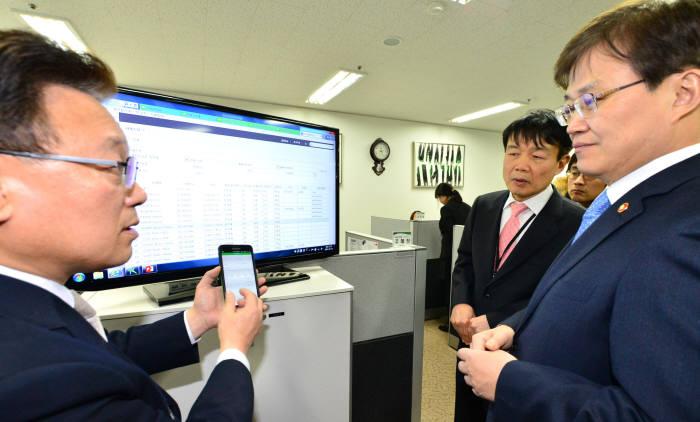 최양희 미래부 장관(오른쪽) 영림원소프트랩을 방문해 클라우드 서비스 설명을 듣고 있는 모습.