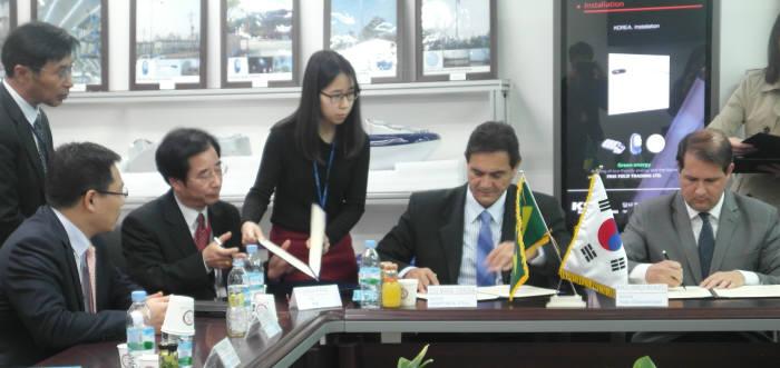 박종복 케이에스비 대표와 조세 마루아 페레우라 이비포라 시장, 마르셀 헨리 마쉐레토 아시스샤또브리앙 시장 (앞줄 왼쪽 두 번째부터)이 공급계약서에 서명했다.