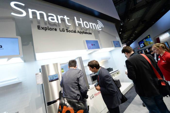 관람객이 LG 스마트홈 서비스인 `홈챗` 서비스를 체험하고 있다. <전자신문DB>