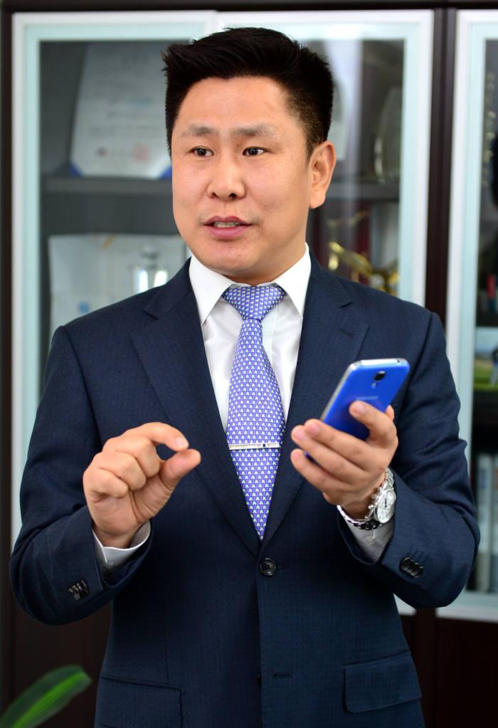 주용호 휴먼토크 대표가 스마트폰 SNS로 모든 문서를 확인할 수 있는 다뷰 소프트웨어에 대해 설명하고 있다.