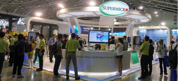 관람객들이 `컴퓨텍스 타이페이 2015` 슈퍼마이크로 부스를 구경하고 있다.