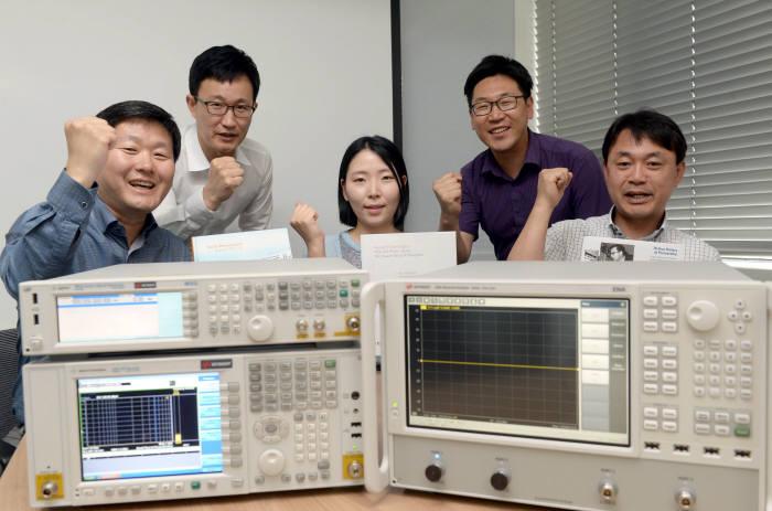 계측기 판매, 렌탈 전문기업인 티엠게이트 직원들이 RF 측정 장비들을 소개하고 있다.