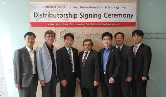 김경채 사이버다임 대표(왼쪽 세 번째)와 슈레쉬 카란스 R&S 이노베이션&테크놀로지 이사(〃 네 번째) 등 양사 관계자들이 기념촬영했다.