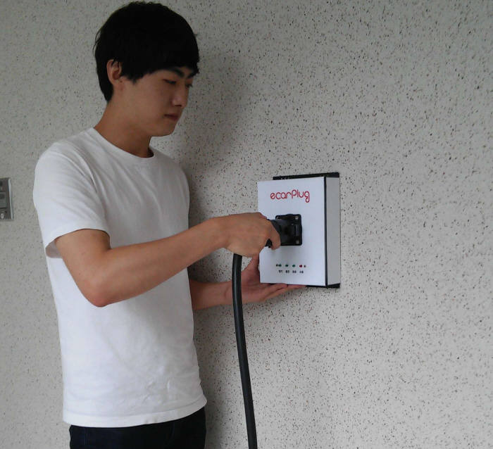 이카플러그 직원이 최근 개발을 완료한 스마트 충전기로 전기차 충전을 시도하고 있다.