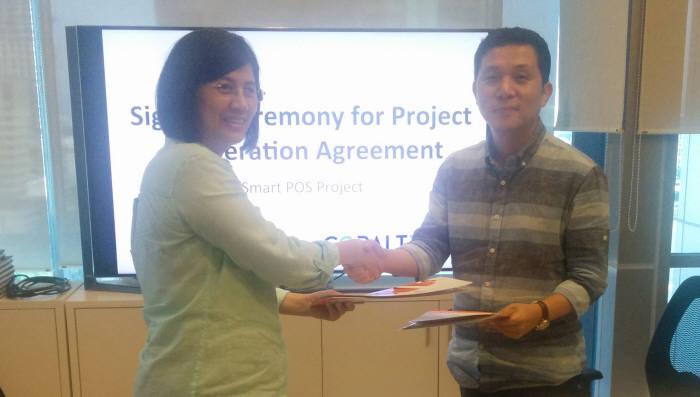 릴리살림 티아이폰 대표(왼쪽)와 조정현 코발트레이 대표가 POS 사업 계약을 체결하고 악수하고 있다.