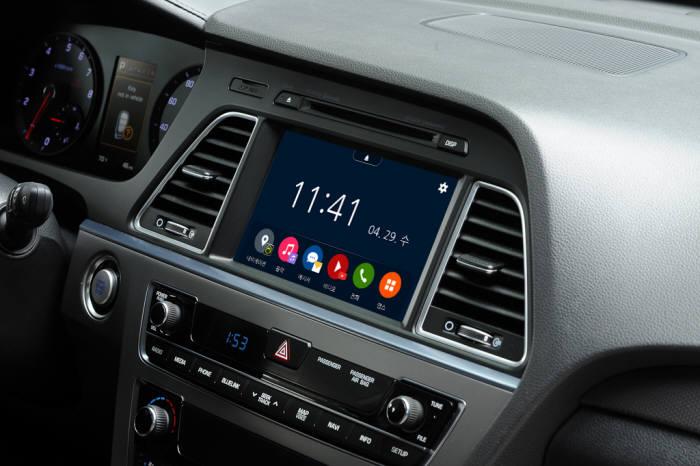 비앤디가 스마트폰과 차량용 디스플레이 연동 솔루션 폰인카를 출시했다. 폰인카를 설치한 뒤 스마트폰 화면을 차량 화면에 미러링한 모습.
