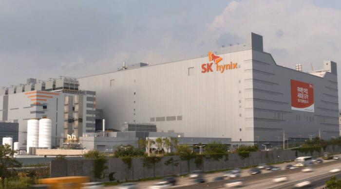 경기도 이천에 위치한 SK하이닉스의 `M14` 반도체 생산 공장. 총 15조원을 투입해 월 20만장 규모의 300mm 웨이퍼를 생산할 계획이다.