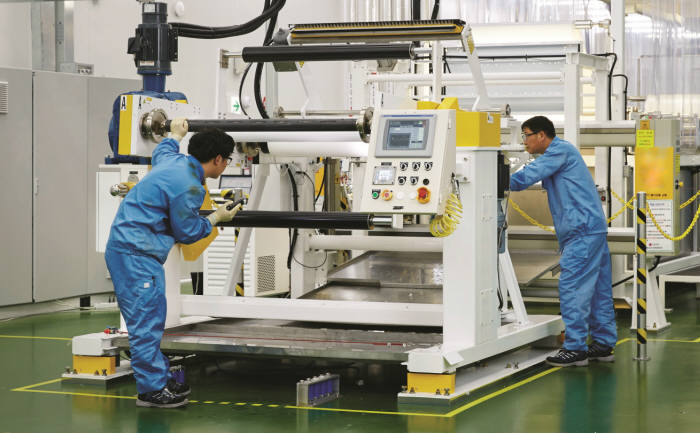 LG화학 청주 수처리용 RO필터 생산 라인에서 LG화학 임직원들이 RO필터의 핵심 소재인 멤브레인 생산 과정을 확인하고 있다.