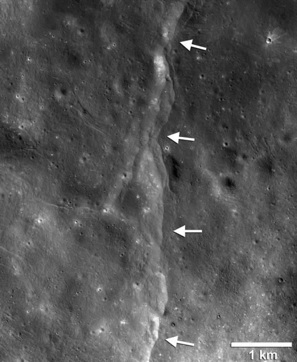 달표면에 보이는 패인 절벽(비탈). 달궤도정찰위성(LRO)는 지난 5년간 지각내에서 서로 밀치는 힘에 의해 생겨난 수천개의 패인 비탈(절벽) 사진을 촬영해 냈다. 사진=나사,애리조나대,스미소니언연구원