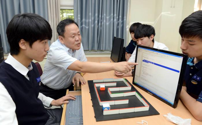 경기도 과천고등학교 SW교육현장에서 학생들이 햄스터로봇 프로그래밍 수업을 실습하고 있다. 박지호기자 jihopress@etnews.com