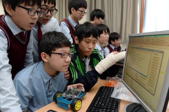 서울 광신중학교 SW동아리 학생들이 임베디드소프트웨어 코딩 실습을 하고 있다. 박지호기자 jihopress@etnews.com