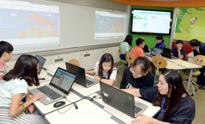 서울 이태원초등학교 SW교육 현장에서 학생들이 역사 역할극을 엔트리를 활용해 만들고 있다. 박지호기자 jihopress@etnews.com