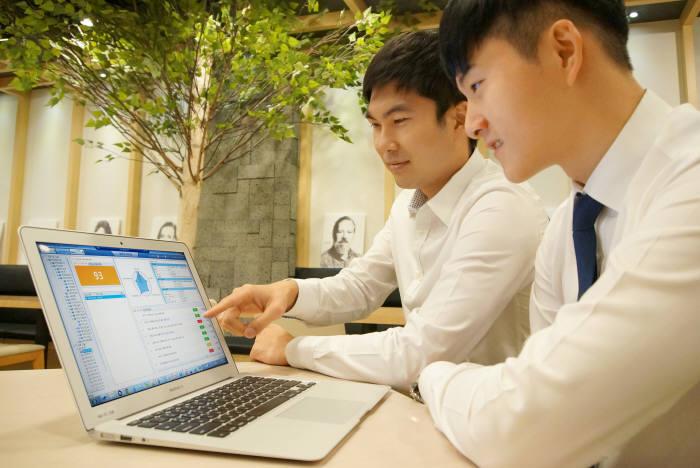 넷맨이 부산은행에 구축한 스마트 SIG는 PC 보안 점검결과를 통합 모니터링할 수 있다. 넷맨 직원들이 스마트 SIG를 실행하고 있다.