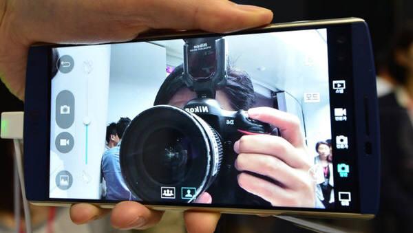 LG전자의 최신 스마트폰 V10. 이 폰의 효과는 4분기에 드러날 것으로 보인다. 사진=전자신문.jpg