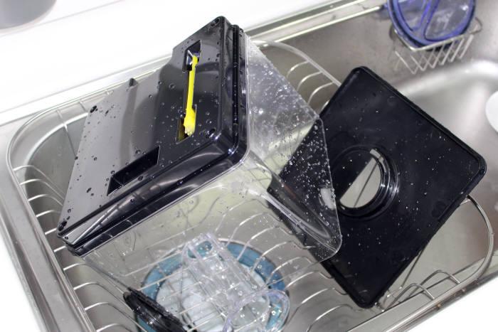다 닦은 물통 부분들은 건조대를 이용해 말린다.