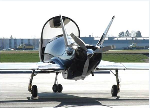 발키리는 고물 쪽에 있는 프로펠러와 350마력의 터보충전강화엔진으로 가동된다. 이는 이 비행기를 시속 300마일(480km)로 비행할 수 있게 해 준다. 이는 동급 기종 가운데 가장 빠른 개인용 비행기다.배트비행기의 뒷모습. 사진=코발트에어