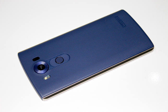 LG V10 후면 홈버튼은 지문인식을 겸하고 있다.
