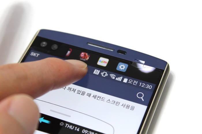 세컨드 스크린을 통해 화면이 꺼진 상태에서도 각종 정보를 열람할 수 있다. 빠른 앱 진입과 멀티태스킹에도 도움을 준다.