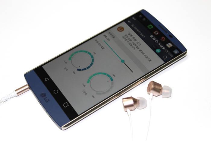 LG전자는 V10에서 사운드 성능을 한층 더 강화시켰다. 높은 하드웨어 성능과 조화로운 소프트웨어를 기반으로 전문가와 일반 사용자가 쓰기에 무리없는 탁월한 UX를 구현했다.