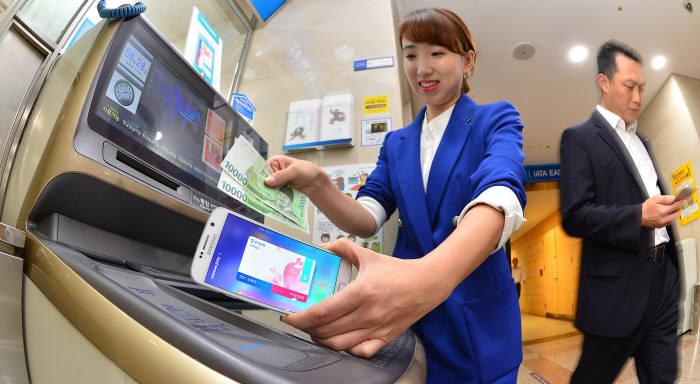 앞으로 전국 모든 은행 ATM에서 삼성페이를 이용할 수 있을 전망이다.