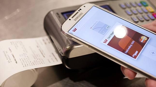 오프라인 결제 시장에서 MST기술을 활용해 범용성을 확보한 삼성전자가 은행과 간편 송금 시장에도 진출을 타진한다. 모바일간편송금 서비스까지 장착하면 삼성페이 서비스는 한층 다양해질 것으로 보인다.