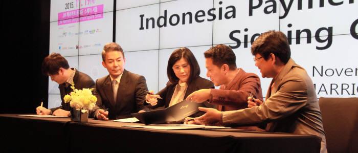 조정현 코발트레이 대표(왼쪽 네번째) 등 국내 중소기업 대표들이 방한한 릴리 살림 티아이폰 CEO(왼쪽 세번째)와 POS 및 VAN서비스 수출 계약을 맺고 있다.