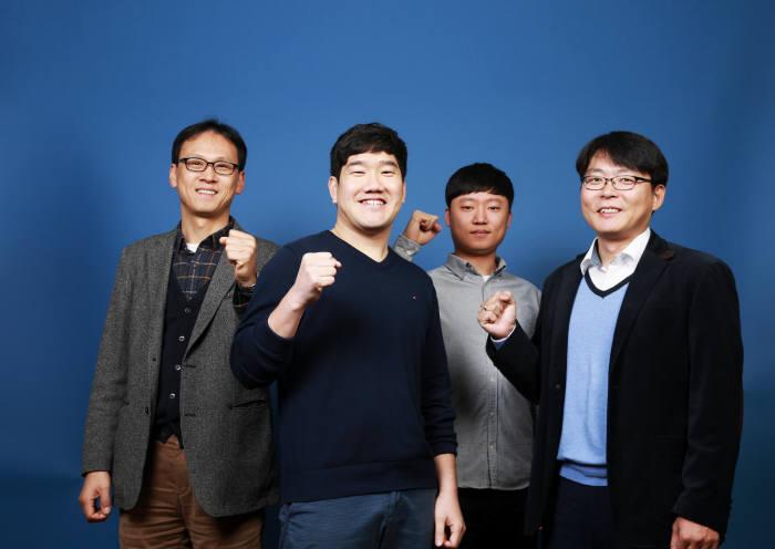 새로운 방식의 은 나노와이어 투명전극 제작법을 제시한 고현협 UNIST 에너지 및 화학공학부 교수팀(왼쪽부터 김진영 교수, 강세원 박사과정 연구원, 조승세 석박사통합과정 연구원, 고현협 교수)