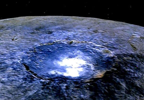 올초 돈호가 발견한 왜행성 세레스의 크레이터에서 발견된 정체 불명의 흰색빛의 정체는 소금성분의 얼음물인 것으로 드러났다. 사진=나사