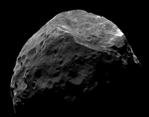지구를 향해 다가오고 있는 엄청난 크기의 헤성이 과학자들에 의해 관측됐다. 센토혜성은 지구에서 아주 멀리 떨어져 있기 때문에 거대망원경으로 보더라도 작은 점처럼 보인다. 과학자들은 센토가 토성이 거느린 가로 200km짜리 달 포브(Phoebe,사진)처럼 생겼을 것으로 보고 있다.사진=나사/JPL/우주과학연구원