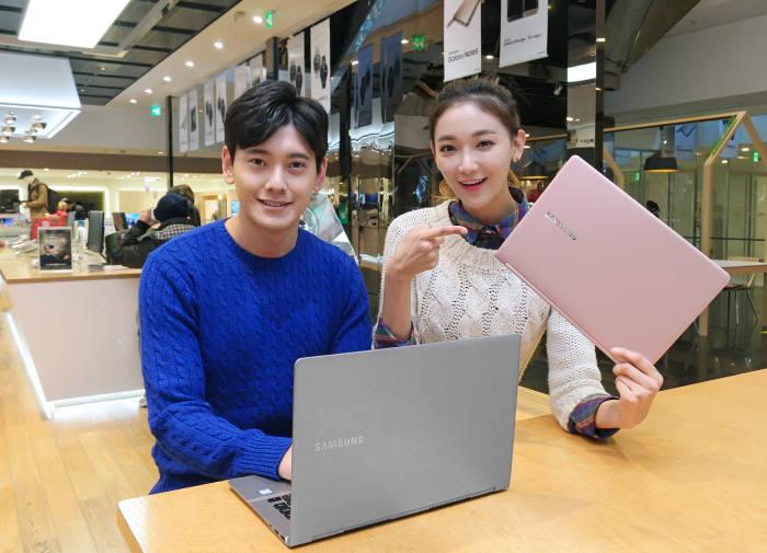 삼성전자 모델이 서울 서초동 삼성딜라이트샵에서 2016년형 대화면·초경량 프리미엄 노트북 `노트북 9`을 소개하고 있다. <사진=삼성전자>