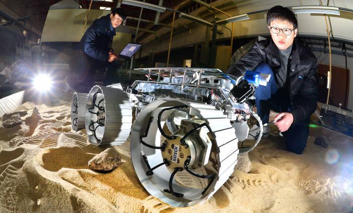 정부가 '달 탐사' 프로젝트 본격화에 나섰다. 30일 한국과학기술연구원에서 카메라와 거리센서 등이 탑재된 달 탐사 로봇 '로버'를 테스트하고 있다. 김동욱기자 gphoto@etnews.com