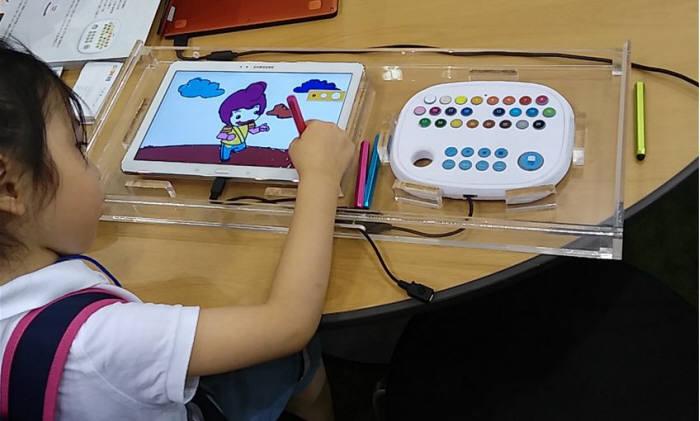 어린이가 구니스 `스마트 팔레트`를 활용하는 모습