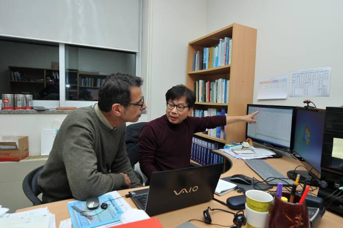 김해진 기초과학지원연구원 책임연구원이 해외 과학기술자와 국제협력방안에 대해 협의하고 있다.