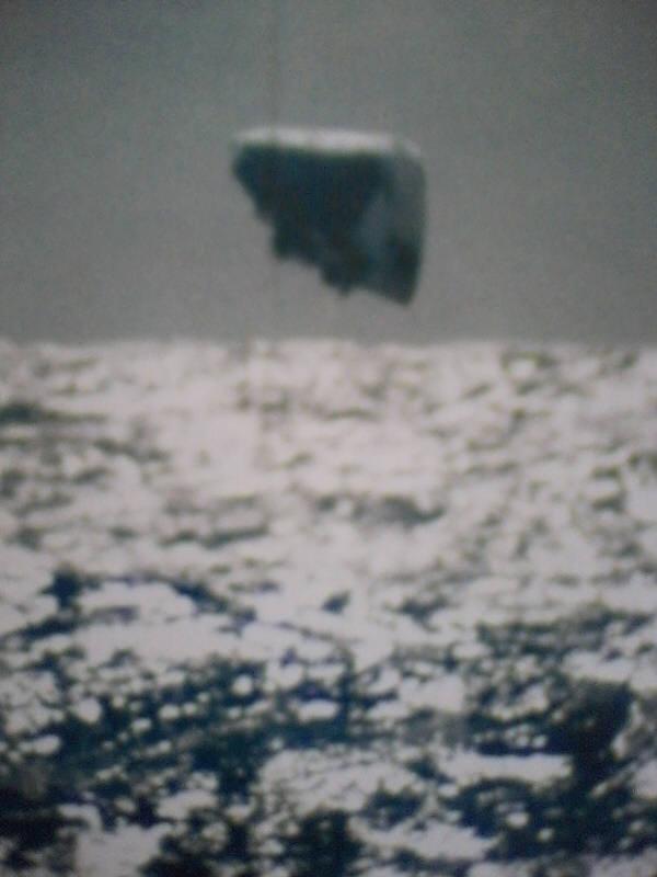 1971년 북극해역에서 작전 중이던 미해군 잠수함 트레팡 SSN674 승무원이 촬영한 UFO 추정 사진.