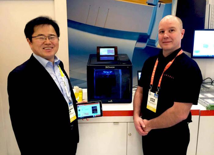 이병백 신도리코 부사장(왼쪽)이 미국 마벨 관계자와 CES 2016 마벨 부스에서 독자 개발한 3D프린터 새 모델을 소개하고 있다. <사진=신도리코>