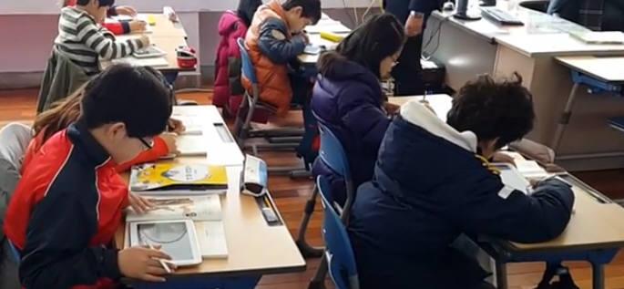 U-스마토를 이용해 학습하는 모습.