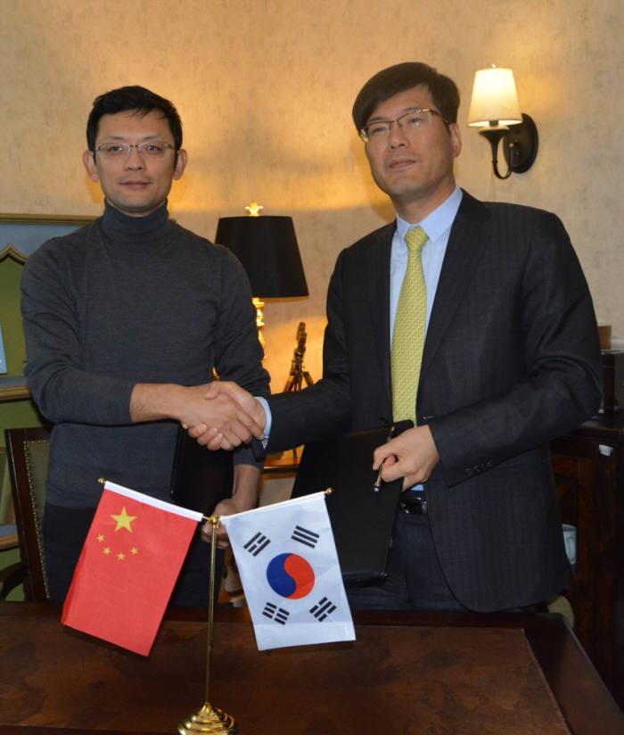 루카스 지 시스트란인터내셔널 회장(오른쪽)과 거 커 킹소프트 CEO가 18일 중국 베이징에서 라이선스 계약 체결 후 악수했다.