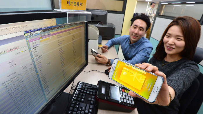 삼성전자와 KB국민·삼성·롯데카드가 손잡고 삼성페이 해외 결제를 시작한다.
