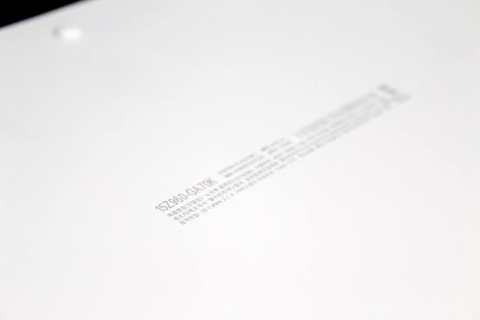 제품 후면 스티커를 삭제하고 특수 잉크로 프린트 각인했다.