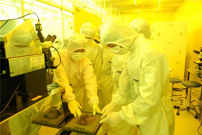 특성화고생들이 나노종합기술원 팹에서 리소그래피 공정 실습교육을 받고 있다.